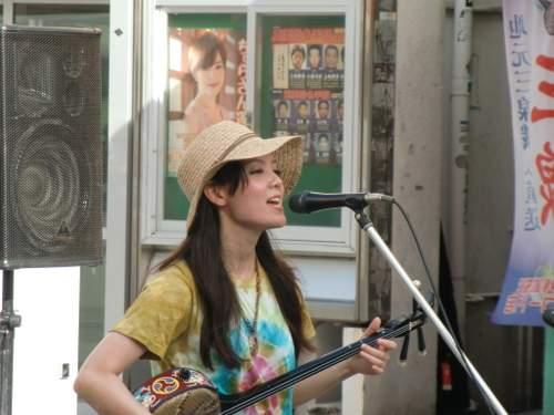 歌を歌う女の子