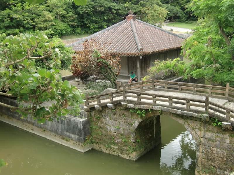 池の中の建物