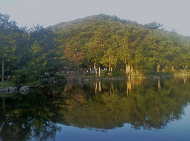 『吉備の中山』 神社のお堀に写り 富士のように