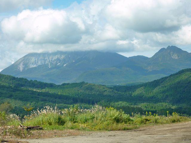大山 東壁 烏ヶ仙が見える、雲をかぶった大山