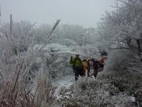 雪景色の中を下山 みんなの顔がほころんぶ・・・
