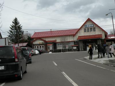 大型連休、川湯駅前のにぎわい