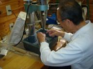 超音波穿孔機で金具取り付け穴をあける