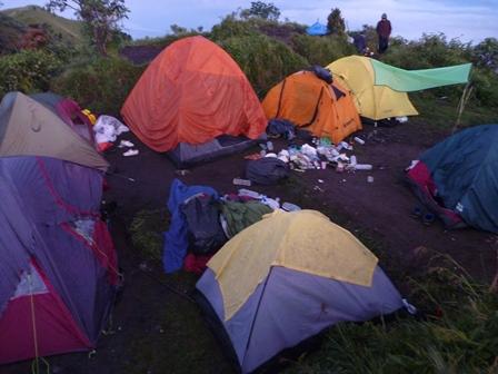 17 足の踏み場もないくらいのテント場