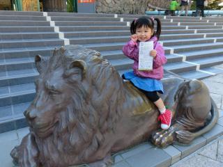 ライオン像に乗ってご機嫌