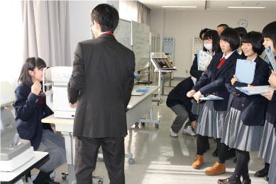 【視能訓練士科】オートレフラクトメーターの体験