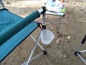 【必見キャンプ生活】 100均パーツで作った「キャンプチェア用ドリンクホルダー」