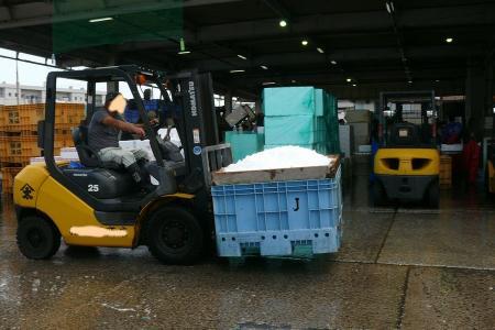 氷を運ぶ車