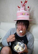 馬鹿次男、ケーキを喰う