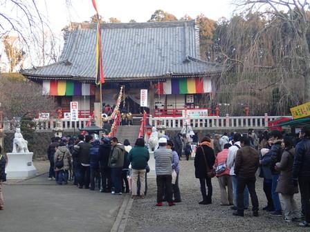 本堂前の参拝者の列