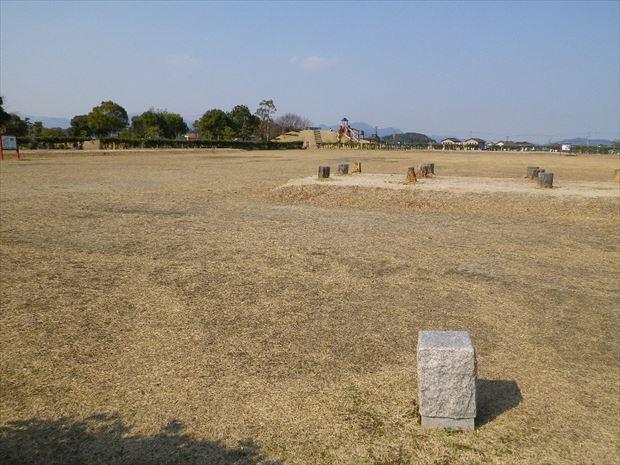 広大な芝生の国府跡地
