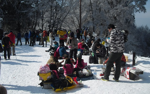 10 雪上の昼食風景