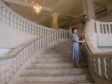 3 フロント・ロビーへ行く階段