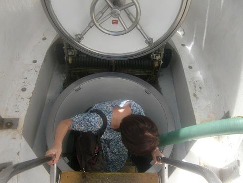 8 家内が潜水艦へ乗り込む