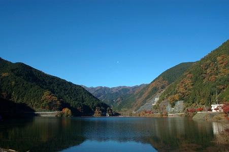名栗湖と朝の月