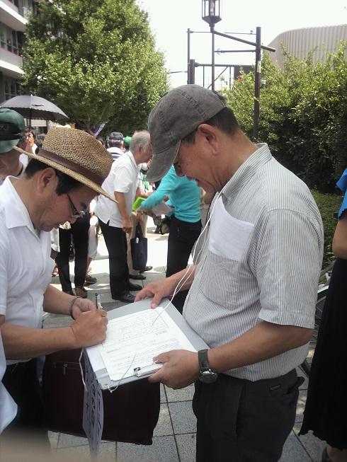 終戦記念日に署名活動02