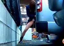 車の陰でパンティーをずらして立ちションするJK