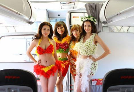 ベトジェットエアは、飛行中の機内で水着ファッションショーを開催!モデルとCAがビキニ姿でポーズ!