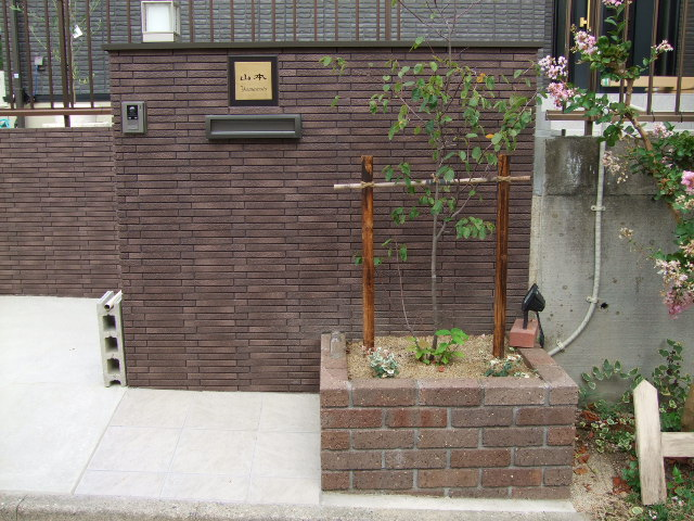 多治見市新築外構 タイル門柱とレンガ花壇