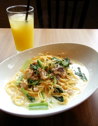 『フラットカフェ』のメカジキと小松菜のクリームソース
