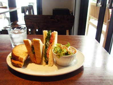 『Cafe anselmo(カフェアンセルモ)』のスモークサーモンとクリームチーズのサンドイッチ