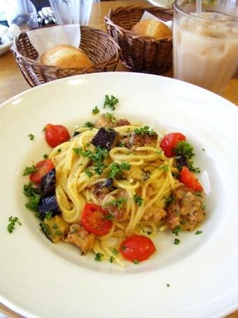 『アフタヌーンティー・ティールーム』の揚げナスとサルシッチャの黄色いトマトクリームソースパスタ