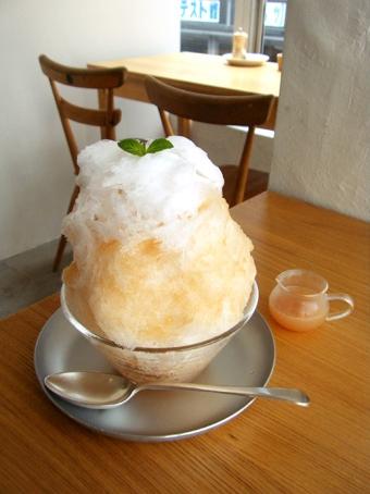 『coromo-cya-ya(コロモ チャ ヤ)』の桃のカキ氷