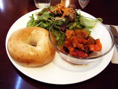 『PRIUS CAFE(プリュスカフェ)』のラタトゥイユのベーグルサンド
