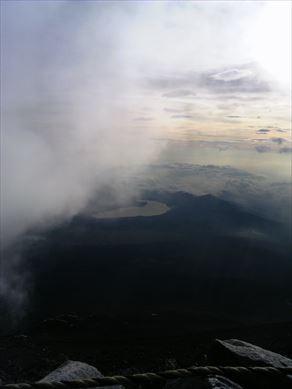 30日の富士山山頂からの山中湖