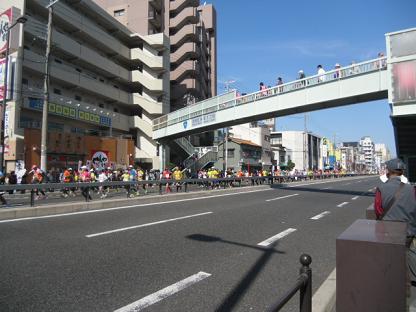 4道路を渡るには歩道橋しかありません