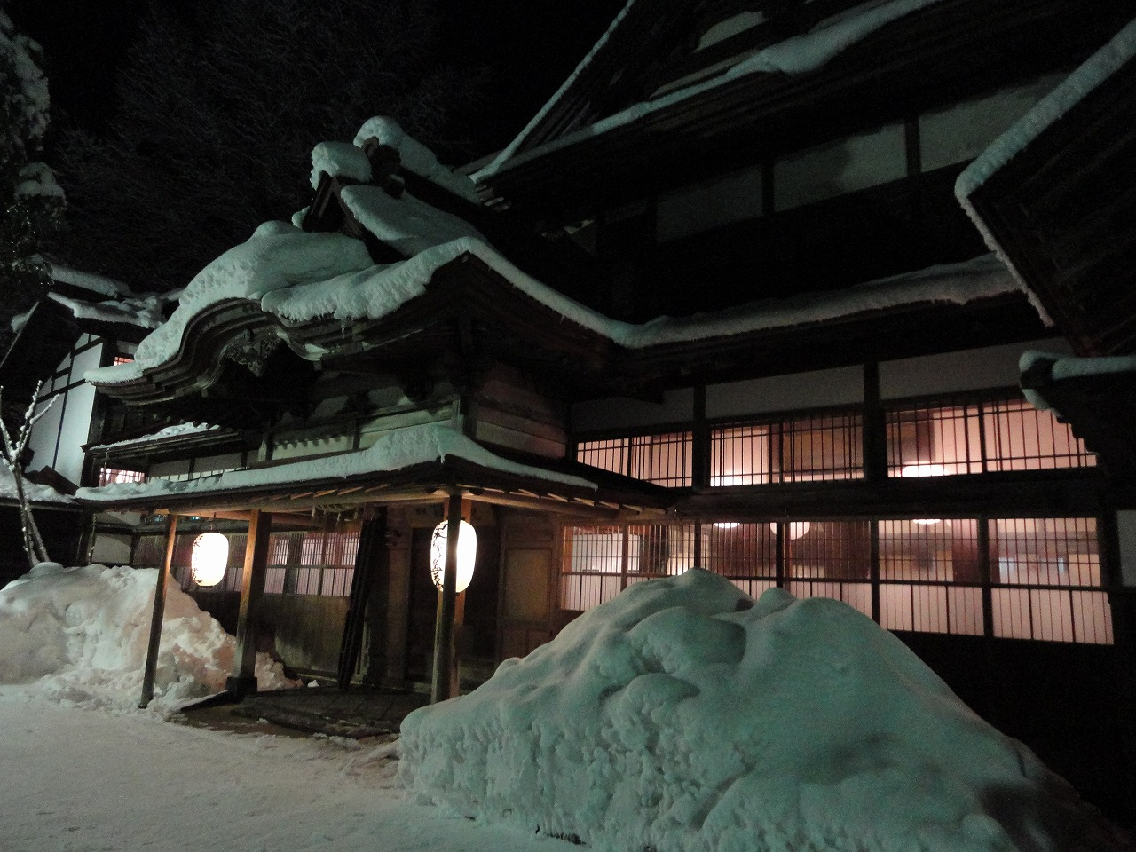 外観 夜 雪