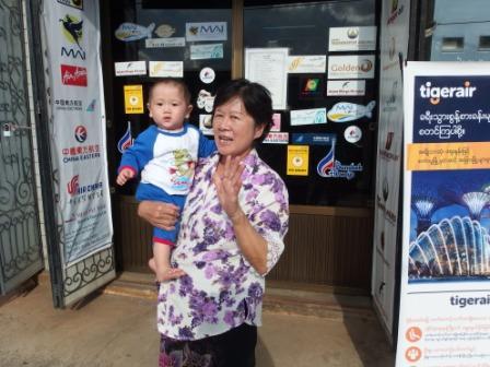 チッチとおばあちゃん、お店の前で
