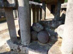 石祠の前の丸石