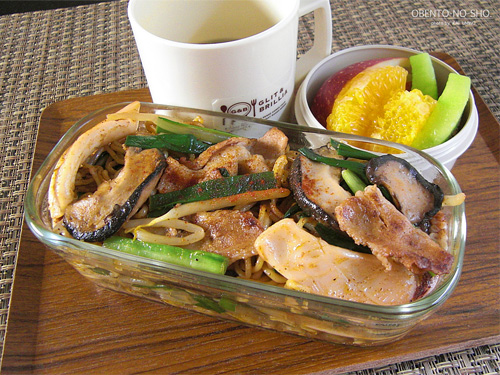 モコ様流イカと豚肉のスパイス焼きそば弁当01