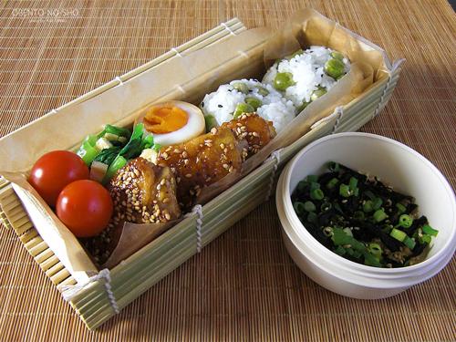 手羽先の黒酢胡麻焼き弁当01