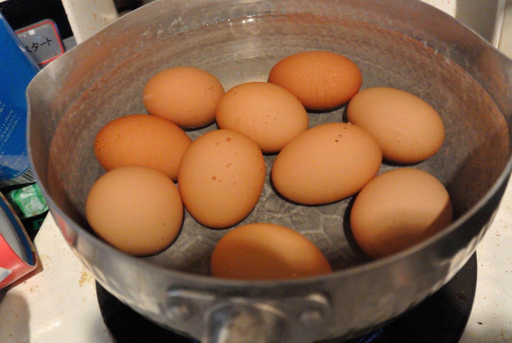 ゆで卵製造中