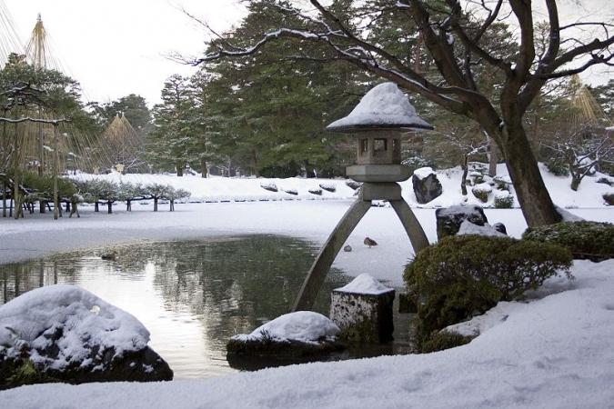 800px-Kenroku-en-winter-lantern.jpg