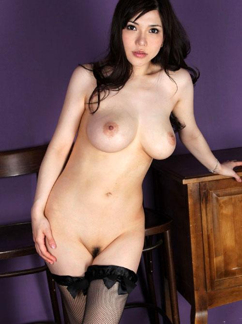 全裸でソックスやパンストだけ着用してる女性をご覧ください