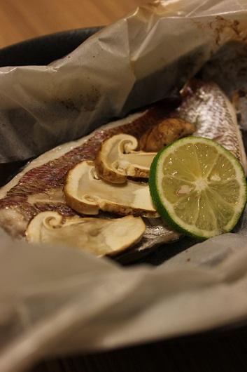 鯛とマツタケの紙包み焼き1