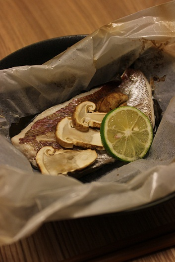鯛とマツタケの紙包み焼き