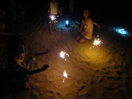 25海岸で花火1