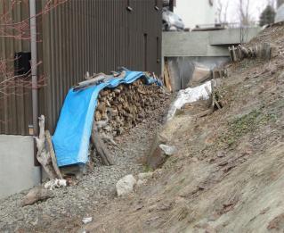 軒下の薪を積み直しました