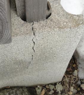 亀裂の入った軽量ブロック