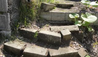 壊れてきた石階段