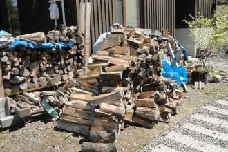 簡易薪置場の薪をどけて解体