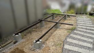 薪小屋基礎を固定してレベルチェック