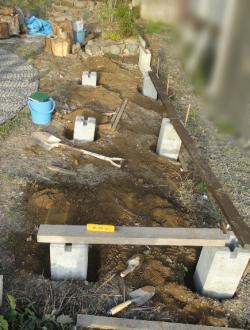 薪小屋基礎の孔の深さ決め