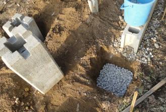 薪小屋基礎・・孔に砂利入れて最終調整