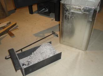 薪ストーブの灰採り