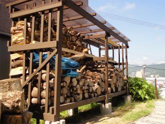 薪小屋屋根完成 下から